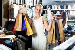 Flicka som har att shoppa pappers- påsar i händer Royaltyfria Bilder