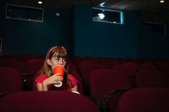 Flicka som har drinken på plats i filmbiograf Arkivbilder