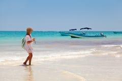 Flicka som har en gå i Playa Paraiso, Mayan Riviera Royaltyfri Foto
