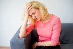 Flicka som har en huvudvärk arkivbild