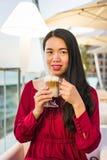Flicka som har en kopp kaffe i en stång arkivbilder