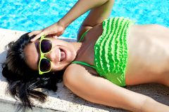 Flicka som har gyckel i semestern som ler i bikini Royaltyfria Foton