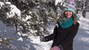 Flicka som har gyckel med snöträdet stock video