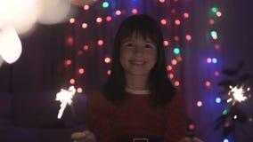 Flicka som har gyckel med tomteblosset lager videofilmer