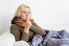 Flicka som har influensa arkivbild
