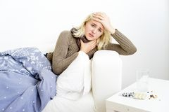 Flicka som har influensa arkivfoto