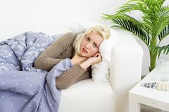 Flicka som har influensa fotografering för bildbyråer