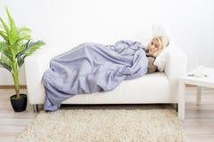 Flicka som har influensa arkivbilder