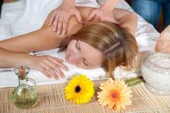 flicka som har massage Royaltyfria Foton