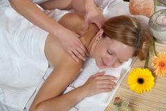 flicka som har massage Fotografering för Bildbyråer