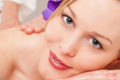flicka som har massagebrunnsortwellness arkivfoton