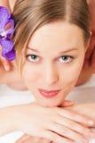 flicka som har massagebrunnsortwellness royaltyfri bild