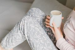 Flicka som har morgonkaffe i PJ-` s royaltyfri bild