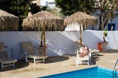 Flicka som har sunbath Voroklini Cypern arkivbild
