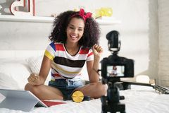 Flicka som hemma antecknar Vlog den videopd bloggen med kameran arkivfoton