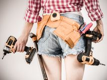 Flicka som hemma använder några makthjälpmedel för arbete Royaltyfri Bild