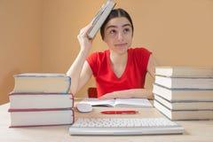 Flicka som hemma gör läxa på tabellen Skolböcker på skrivbordet, utbildningsbegrepp Royaltyfri Foto