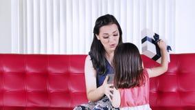 Flicka som hemma ger en gåva till modern stock video