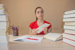 Flicka som hemma studerar på skrivbordet Tankar utbildning, kreativitetbegrepp Royaltyfria Foton