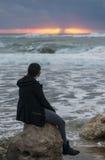 Flicka som hälsar det stormiga havet Fotografering för Bildbyråer