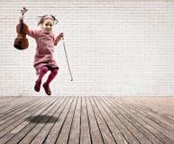 flicka som hoppar little fiol arkivbilder