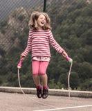flicka som hoppar little rep Arkivfoto