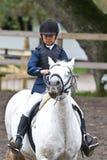 Flicka som hoppar till en competetion Royaltyfria Foton