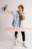 flicka som houseworking arkivbild