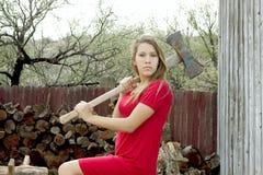 Flicka som hugger av vedträ Arkivbilder