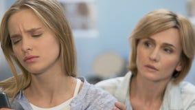 Flicka som ignorerar modern som missförstår i familj, begrepp av generationsklyftan lager videofilmer