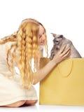 Flicka som köps en katt Fotografering för Bildbyråer