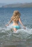 flicka som kör för att water barn Fotografering för Bildbyråer