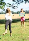Flicka som kastar på ett mål Royaltyfri Foto