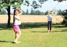 Flicka som kastar på ett mål Arkivbild