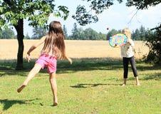 Flicka som kastar på ett mål Royaltyfria Foton