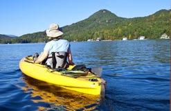 flicka som kayaking royaltyfri foto