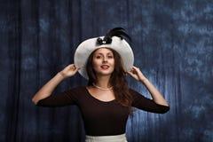 flicka som klär den gamla fashined hatten Royaltyfri Fotografi