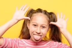 Flicka som klibbar grimacing barnsligt uppförande för tunga arkivfoton