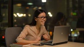 Flicka som kontrollerar emailen på bärbara datorn som extremt är lycklig om att hyra på hennes första jobb stock video