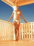 Flicka som kopplar av i en strandgazebo Fotografering för Bildbyråer