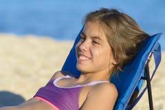 Flicka som kopplar av på Sunbed arkivbild