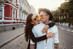 Flicka som kramar hennes pojkvän på gatan arkivbild