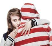 flicka som kramar manbarn Arkivbild