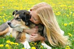 Flicka som kramar ömt den tyska herden Dog Arkivfoton