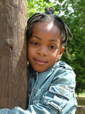 flicka som kramar treen Royaltyfri Fotografi