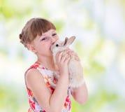Flicka som kysser en kanin royaltyfri bild