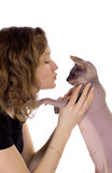 Flicka som kysser en katt Arkivbilder