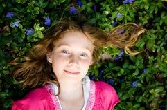 flicka som lägger den nätt vintergrönaväxten Arkivbilder