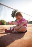 Flicka som lär att binda skosnöre Arkivbild