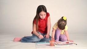 Flicka som lär att dra stock video
